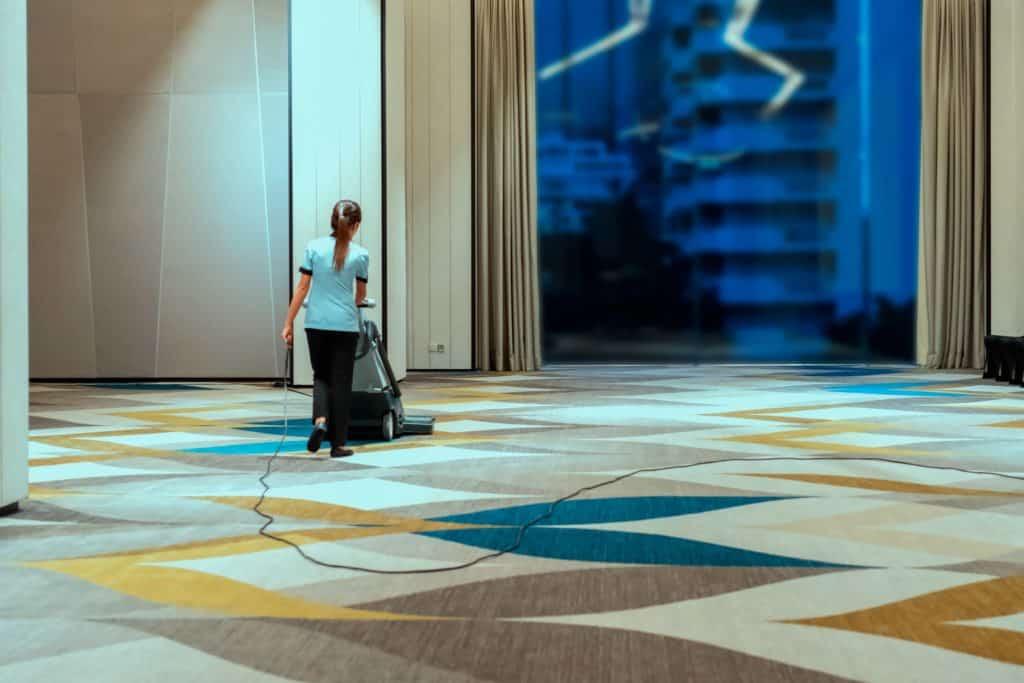 Reinigung von Hotelteppichen